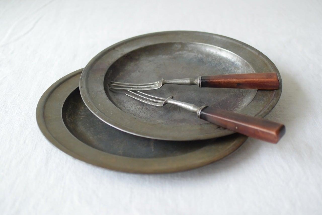 アンティークのブリキ皿2枚とフォーク2本