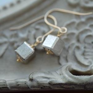メテオライト(ムオニナルスタ隕石)キューブ シルバー  ピアス・イヤリング