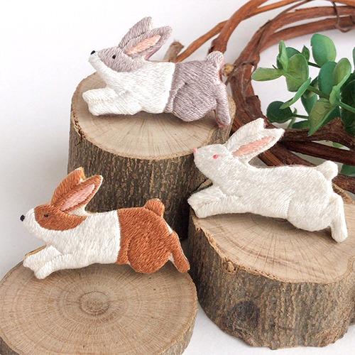 LOUPE / 【受注制作】ピョーン!ウサギの手刺繍ブローチ 3色