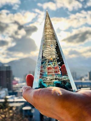 八角柱型オルゴナイト【ターコイズ&天然水晶】チャームは【二層の宮殿の花】