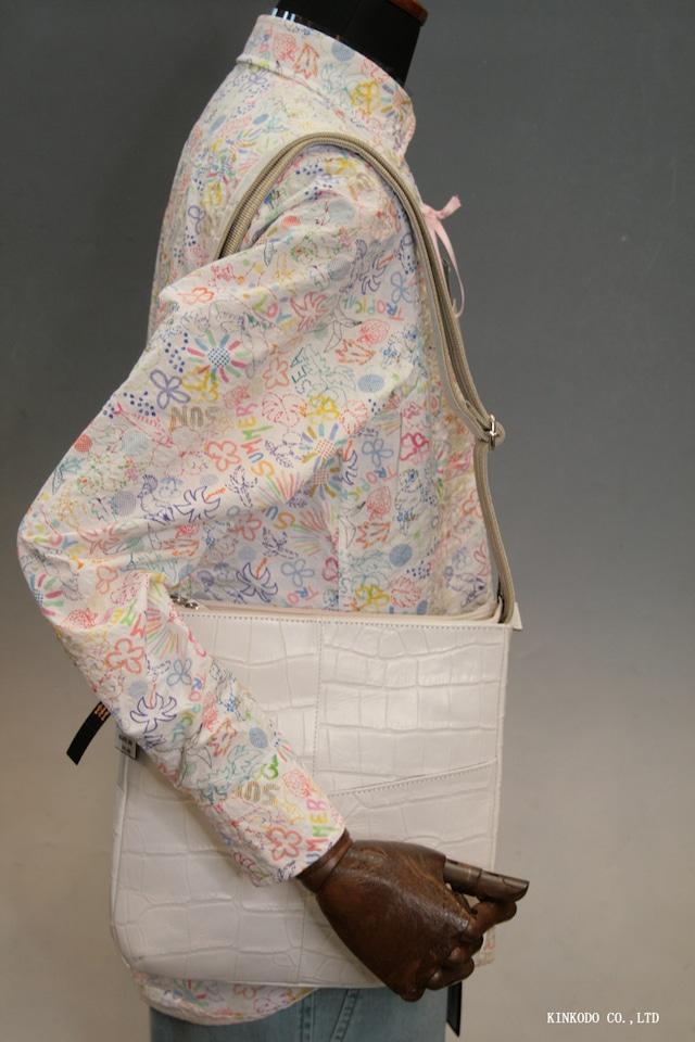 真っ白な収納力抜群のショルダーバッグ。牛革クロコダイル型押し、裏地迷彩柄 日本製
