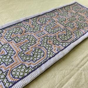 刺繍のテーブルセンター 17x56cm 緑とオレンジ加工