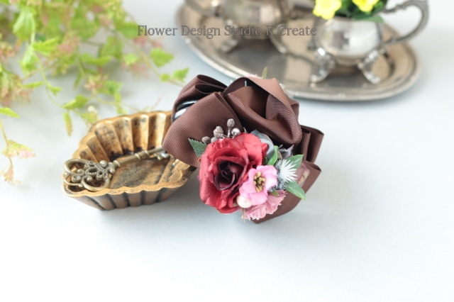 赤い薔薇とフリルローズのバンスクリップ 髪飾り ヘアクリップ ブラック 茶 結婚式 参列 フォーマル バラ お出掛け 発表会