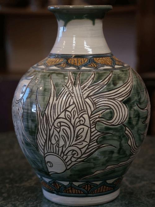線彫り魚紋の壺 【金城陶器秀陶房】