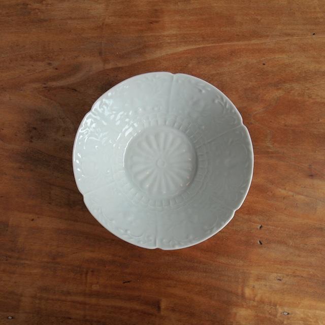 稲村真耶|白磁印刻菊文5寸鉢