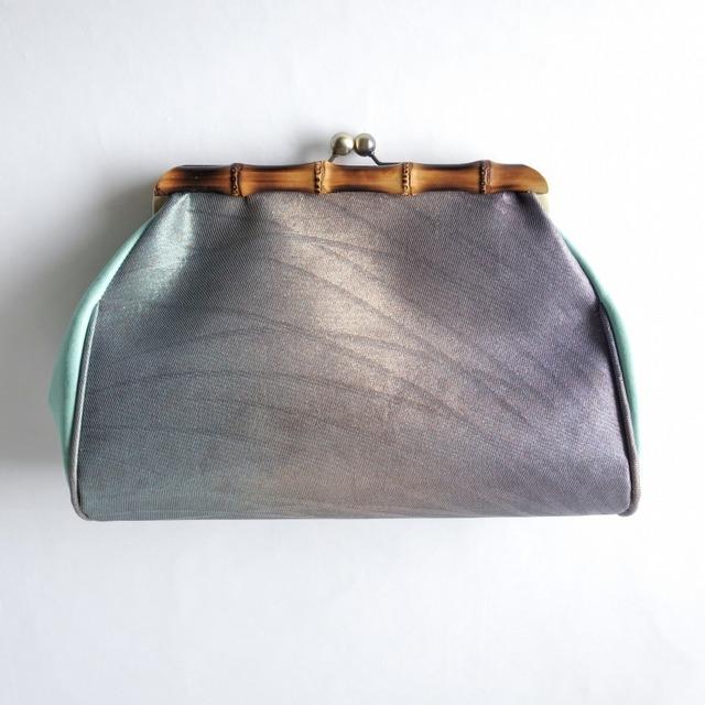 がまぐちクラッチバッグ/偏光カラーの露芝蛍柄正絹帯地×グリーン本革と天然竹素材