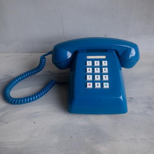 青いレトロな電話機