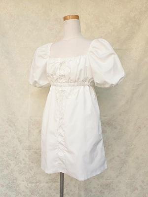 パフスリーブと2段編み上げのシャーリングワンピース 白
