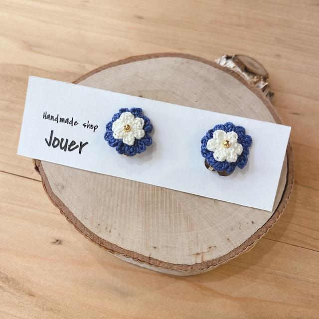 手縫いレースの小花イヤリング ブルー