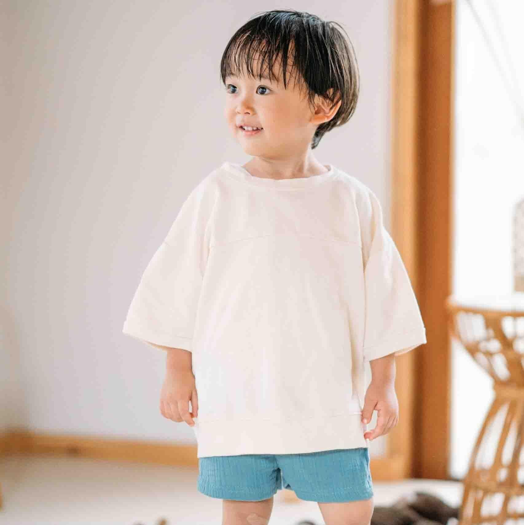 ホワイトスウェットTシャツ+ショートパンツ