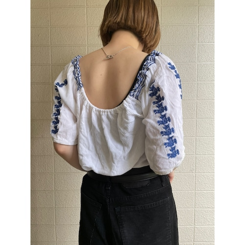 Back open embroidery blouse