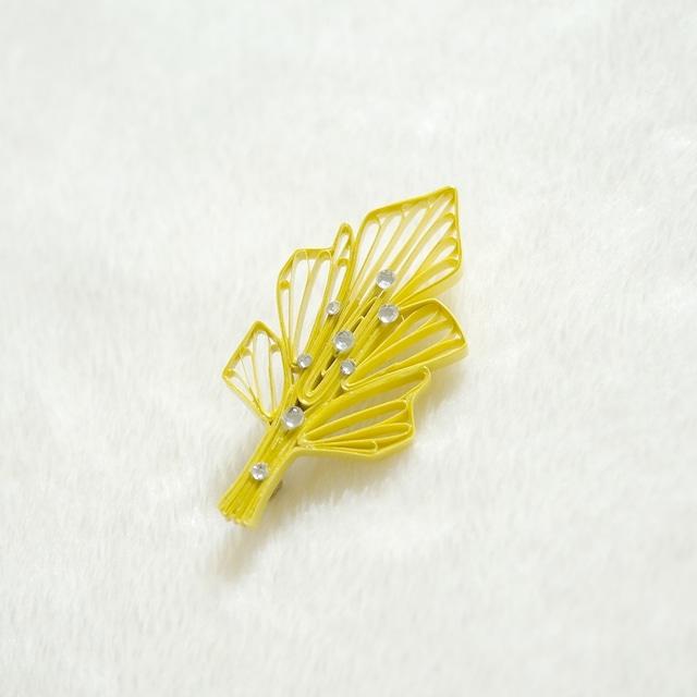 雨上がりの葉ブローチ[菜の花色], ペーパークイリングの軽いブローチ