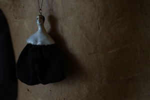 「Pörtrait」#9 / TRIANGLE   OPERA LENGTH NECKLACE OF TWO WHITE GLAZED HARF PORCELAIN WITH OLD CLOTH. 布と陶磁器のオペラレングス・ネックレス