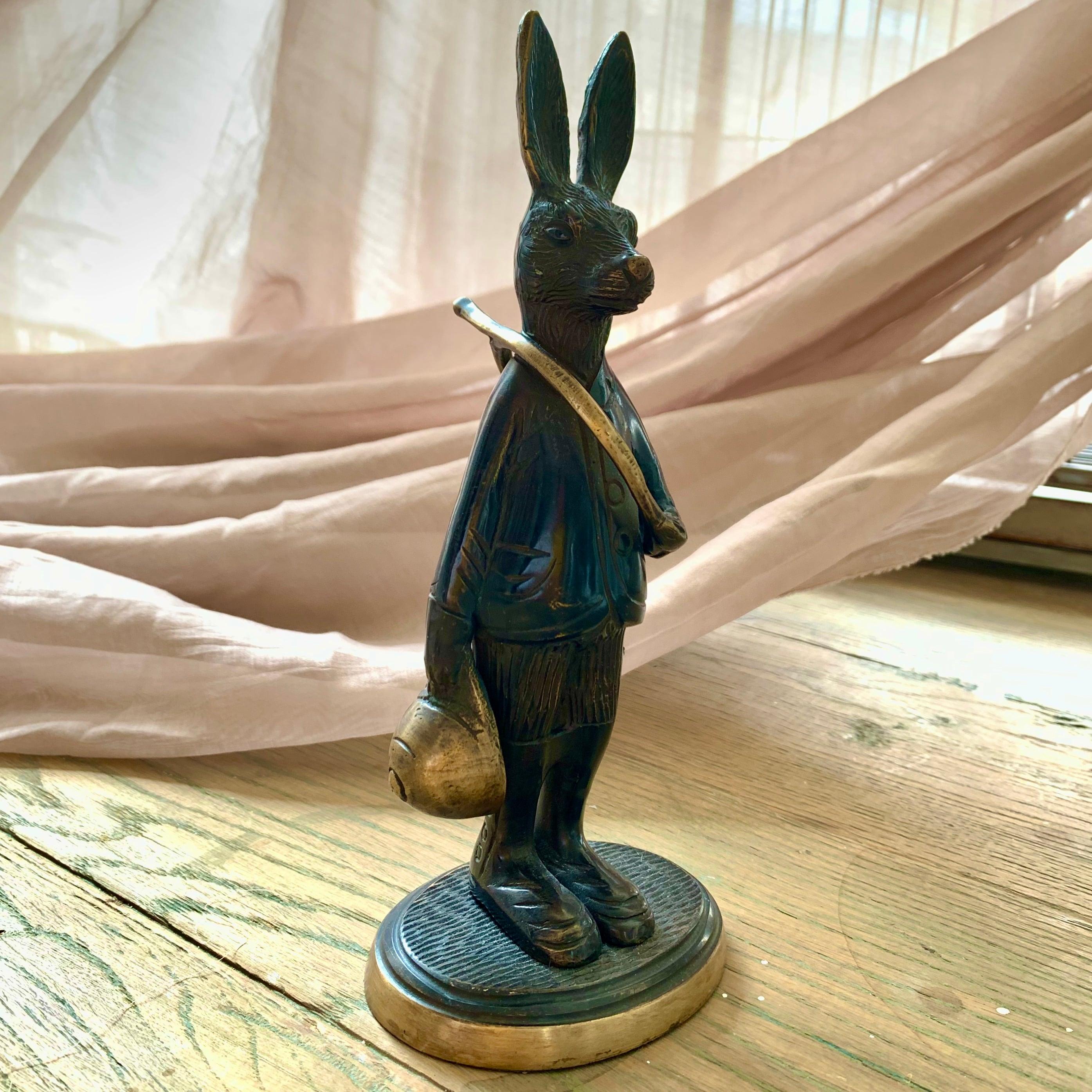 ホルンを持ったウサギのブロンズ像