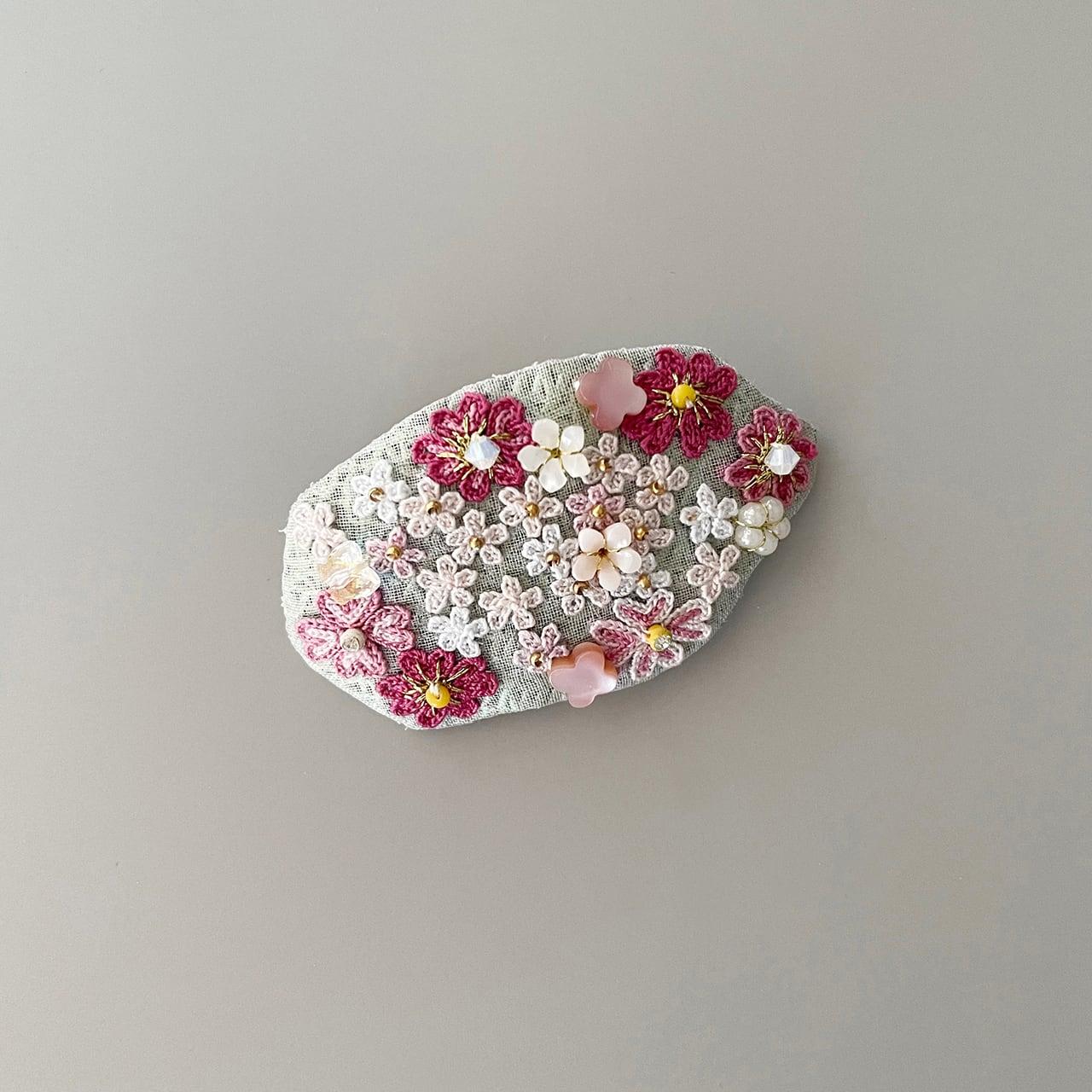 小花畑のブローチ