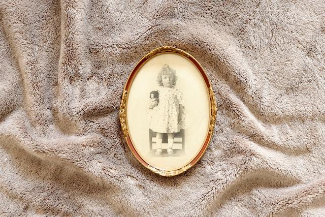 【フランス】楕円の額入りの写真 /女の子とお人形