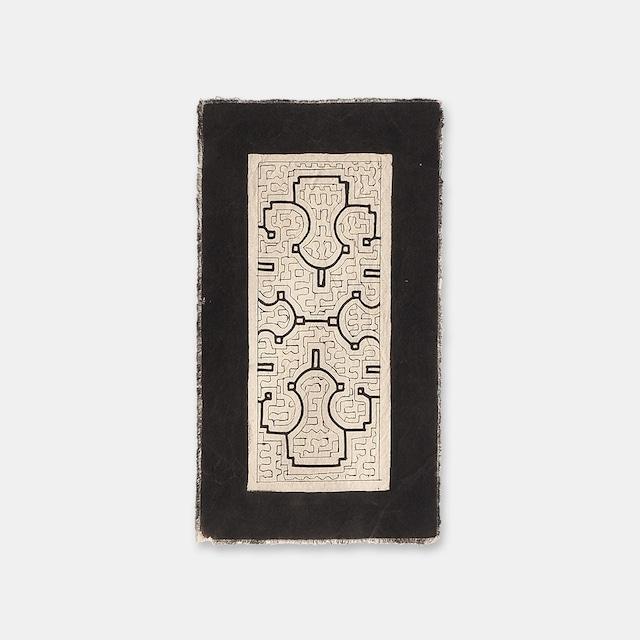 S037 SHIPIBO TEXTILES シピボ族の泥染めのテーブルマット 白 390×220mm