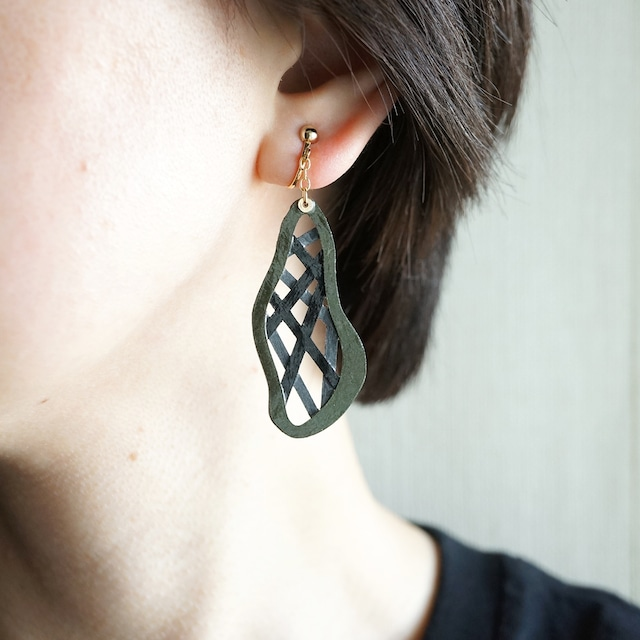 片耳0.6g『綾』ダークグレー: 軽い・痛くなりにくい紙のイヤリングとピアス, ペーパージュエリー