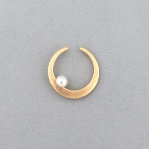 Moon pearl earcuff