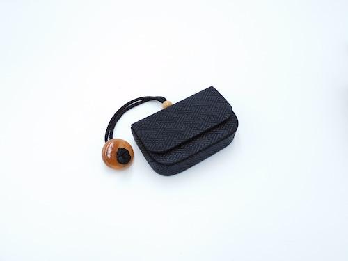 煙草入れ(箱型)叺 黒/黒 紗綾型柄