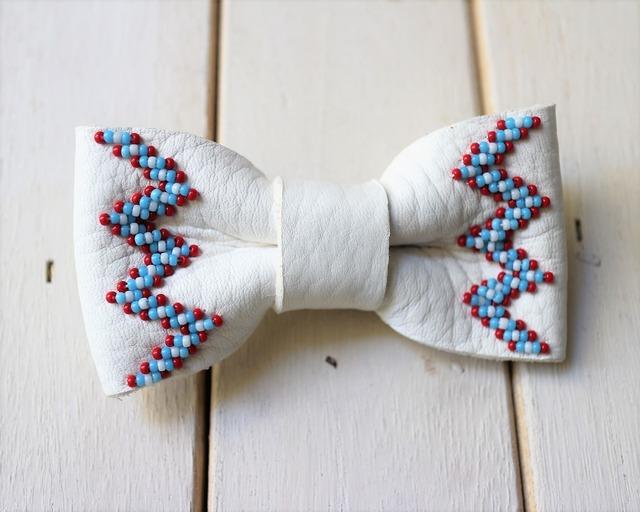 ディアスキンレザー受注製作(納期約2週間) 手縫い蝶ネクタイピン レザー職人が作る本格レザー小物 手縫いレザー小物