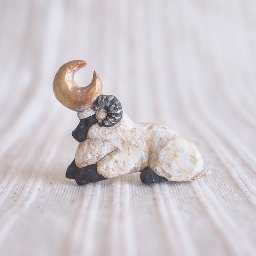 Pin resin brooch Shallow sleeping sheep     受中制作 ブローチ 微睡みの羊