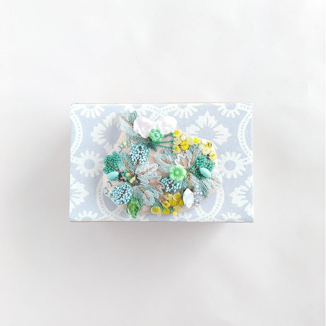 菊の葉っぱと花の集合体ブローチ