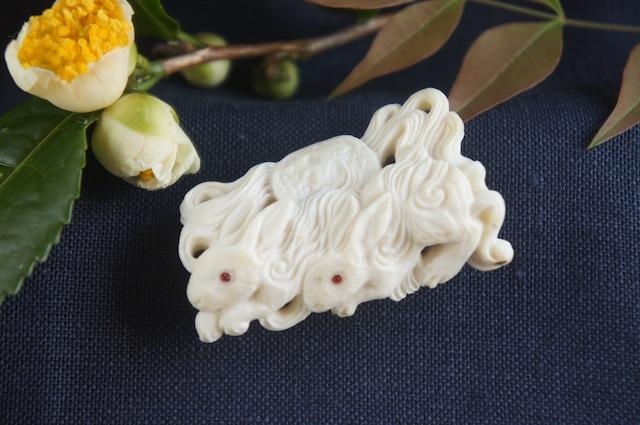 鹿角彫刻の帯留め「月齢」兎と夜霧