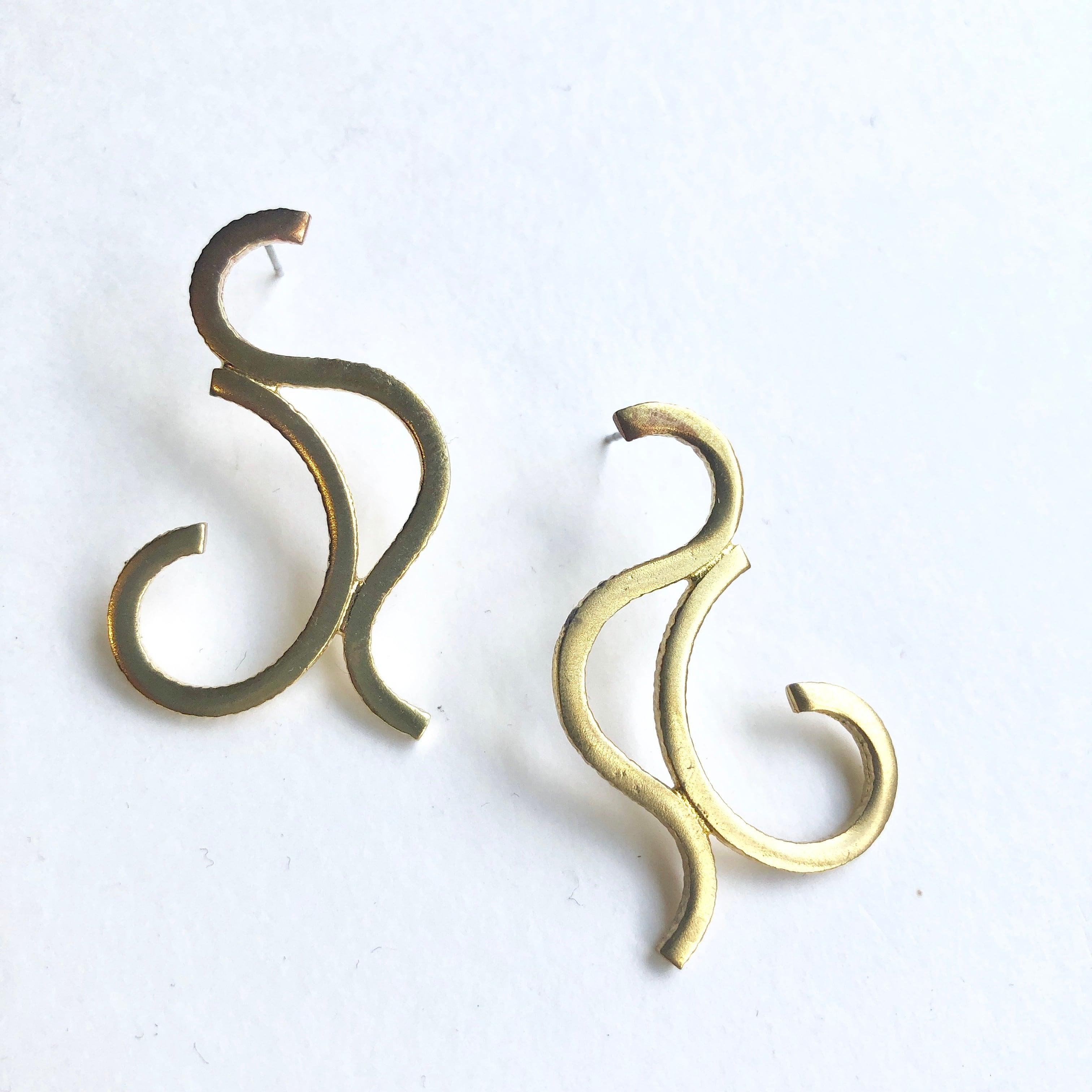 And shape pierced earrings B-001