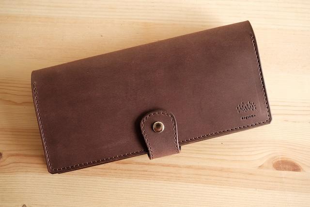 硬めのしっかりとした牛革で作ったブラウンの長財布