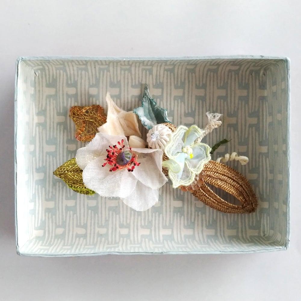草花のコサージュ