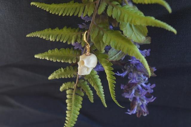 鹿角製小さい頭蓋骨「朝と夕べのメメント・モリ」ピアス
