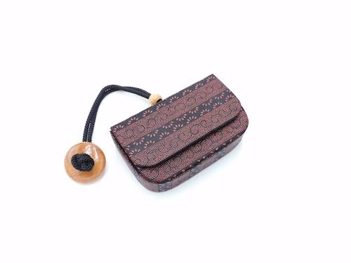 煙草入れ(箱型)叺 黒/赤 段菖蒲柄