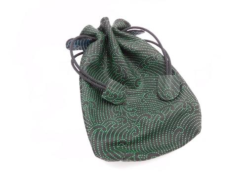 不思議巾着(中)黒/緑 縦波柄