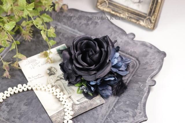 黒い薔薇と青いデルフィニュウムのコサージュ(ヘッドドレス可) コサージュ 結婚式 フォーマル 黒 ファー ブラック