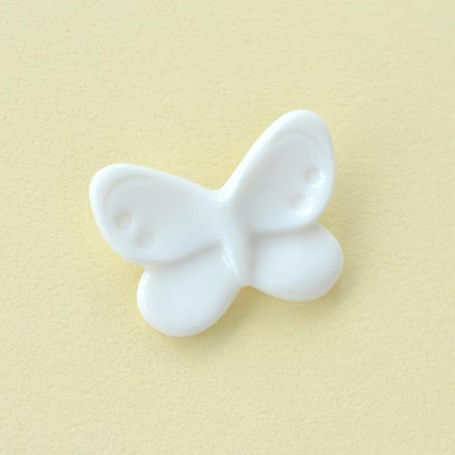 白磁のチョウブローチ
