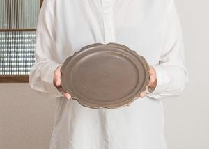 サビ釉 彫刻皿 7寸/古谷 浩一