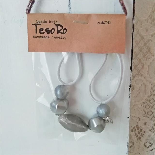 TesoRo:ヘアゴム白  葉(小さなチャーム)グレー 手首に付けても可愛い♪