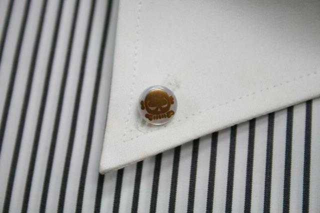 スカル(1)の漆塗りのボタンダウンピアス。 1点1点石川県の山中塗りの職人が白蝶貝に漆で手描きで作っています。