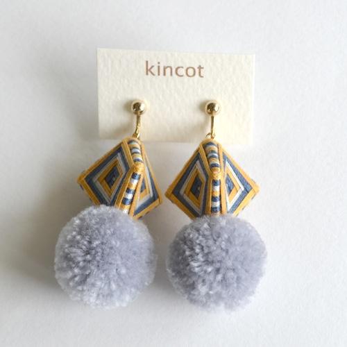 kincot 糸巻きポンポンイヤリング(グレー×カーキ)