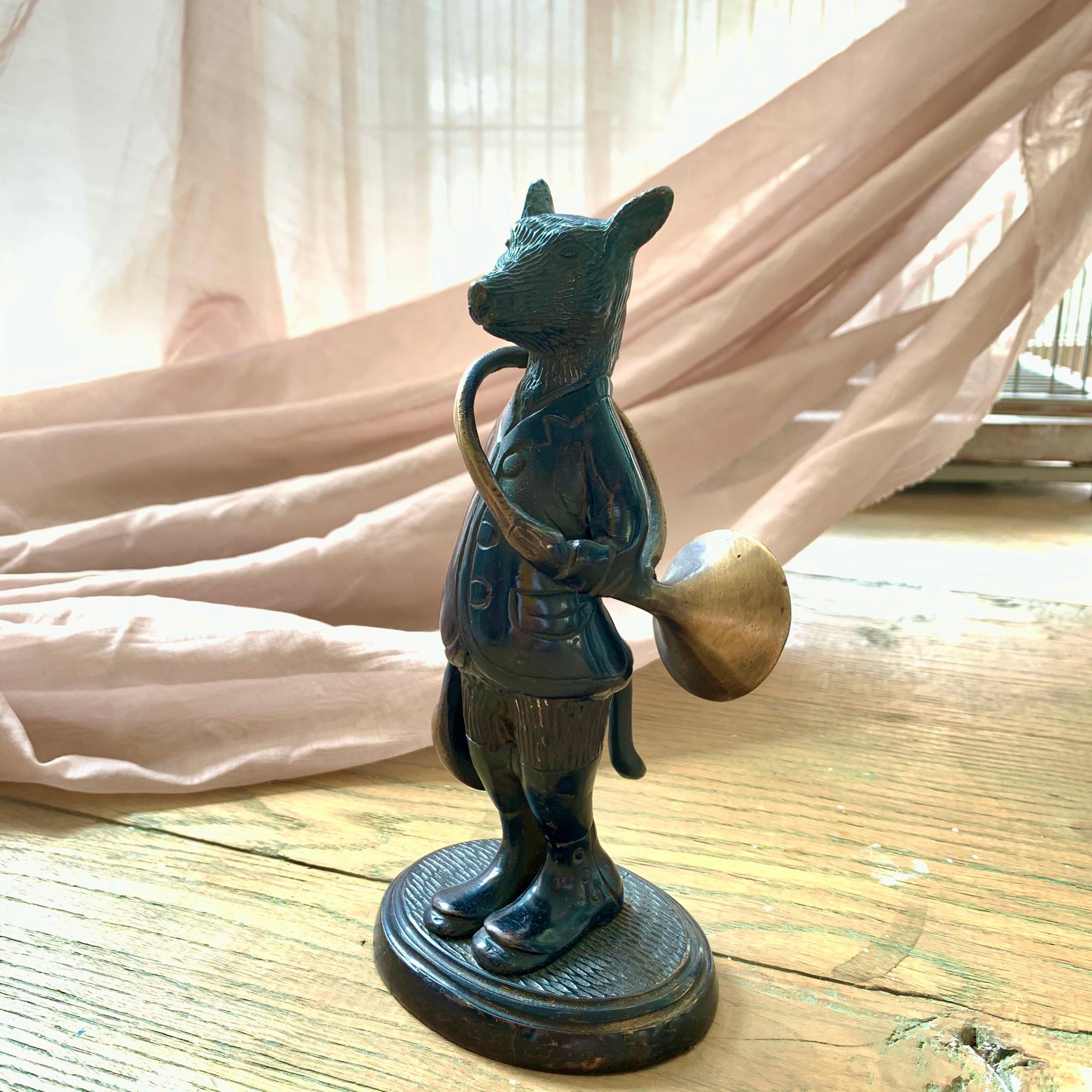 ホルンを持ったキツネのブロンズ像