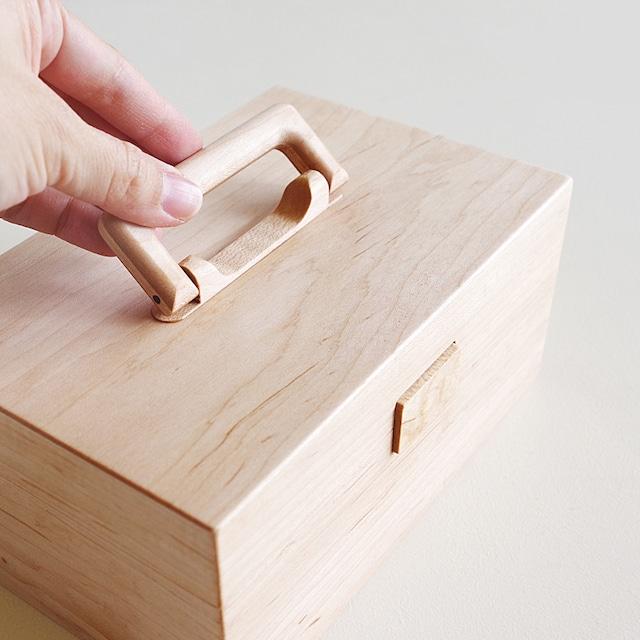 木製の取っ手と蝶番が印象的な「手さげ木箱」