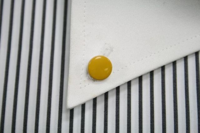 黄色の漆塗りのボタンダウンピアス。 1点1点石川県の山中塗りの職人が白蝶貝に漆で手描きで作っています。