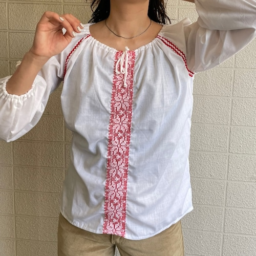 Long sleeve line embroidery blouse
