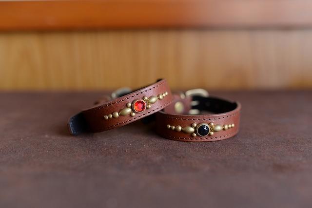 真鍮のスタッズを使った小型犬用の茶色い革の首輪 K-sc4SGbb
