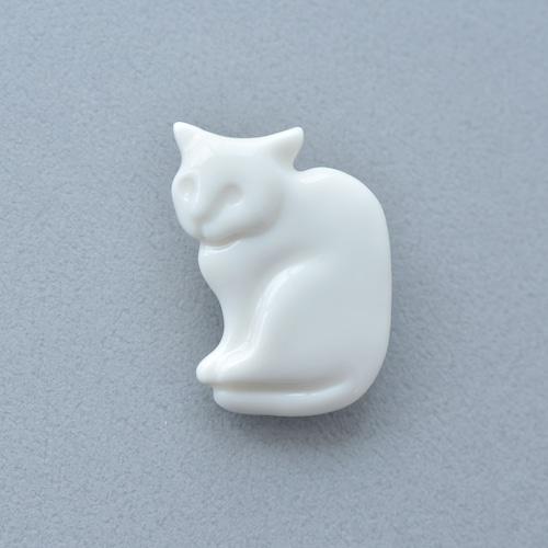 白磁の猫ブローチ