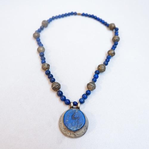 青い宝石のネックレス