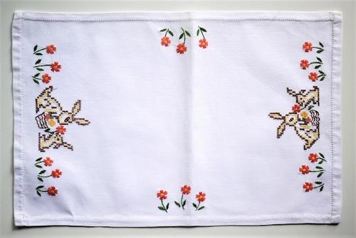 うさぎ刺繍のテーブルセンターマット ランチョンマット クロスステッチ ドイツヴィンテージ