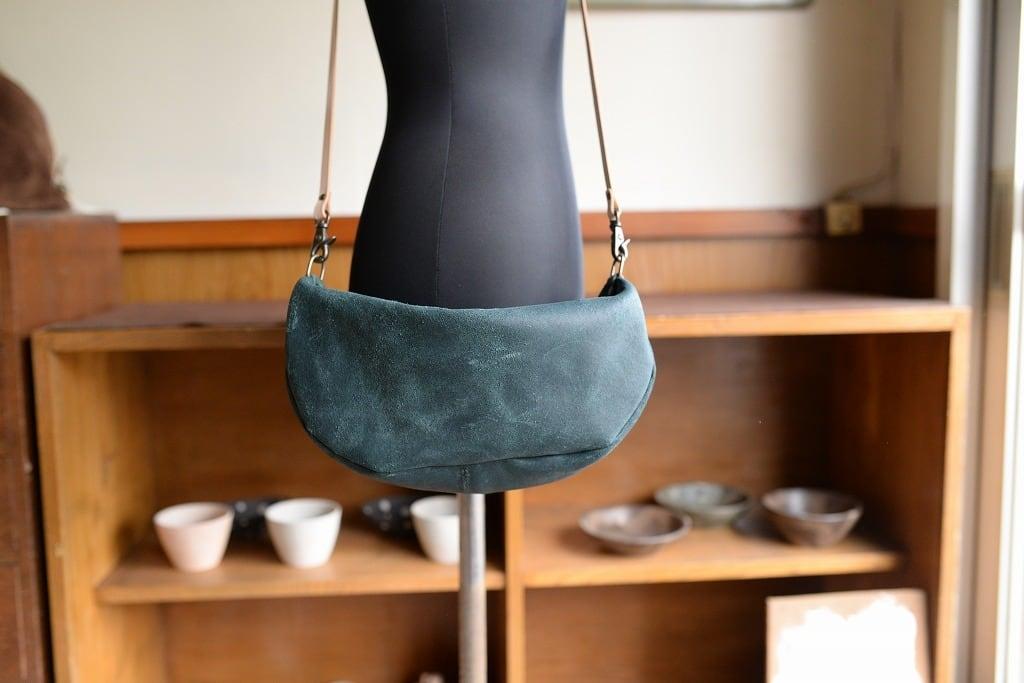 緑の革のクレセントバッグ