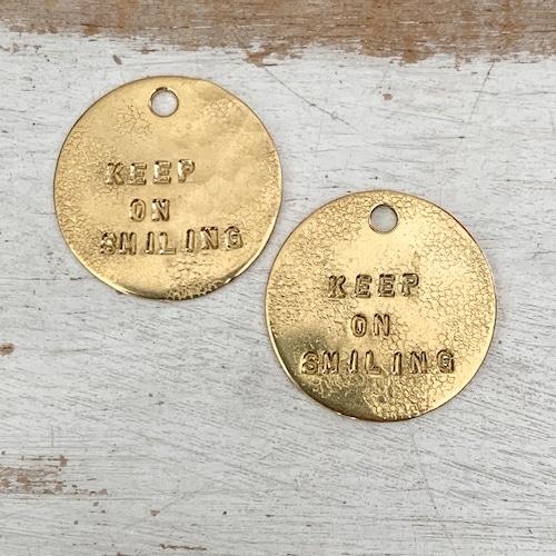 真鍮のペンダント・ラッキーチャーム(KEEP ON SMILING)(直径約27mm)【ネコポス発送可能】どちらか選んでください